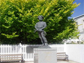 Alexander Cameron Statue - Accommodation Mt Buller