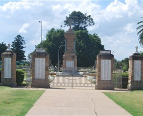 Warwick War Memorial and Gates - Accommodation Mt Buller